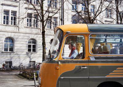 Guided Tours beim Münchner Stoff Frühling: im Oldtimer Bus von Showroom zu Showroom