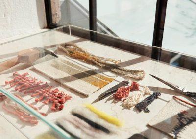 Detailaufnahme im sonnigen Showroom von Kvadrat/Sahco