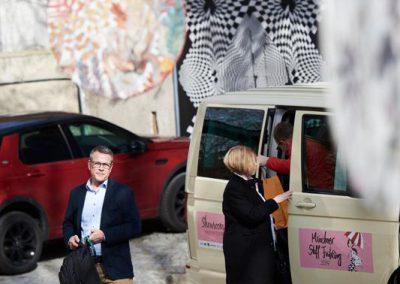 Gut angekommen: Die Shuttle Busse bringen Besucher zu allen Showrooms